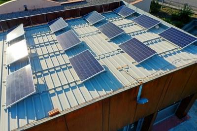 Plaques solars al terrat del local social de Can Corbera