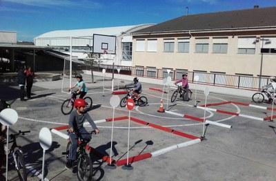 Jesús Porres amb els alumnes del Roc Blanc al circuit de bicicletes