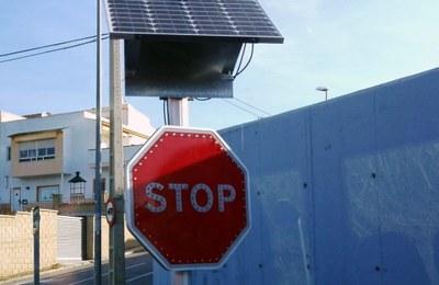 Detall del senyal de Stop lluminós