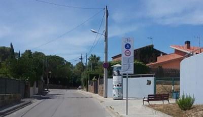 Senyalitzacio de l'entorn urbà davant la placa dels Pinets de Can Turu