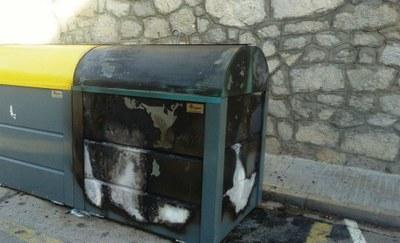 Contenidor de papercartró al carrer Prat de la Riba