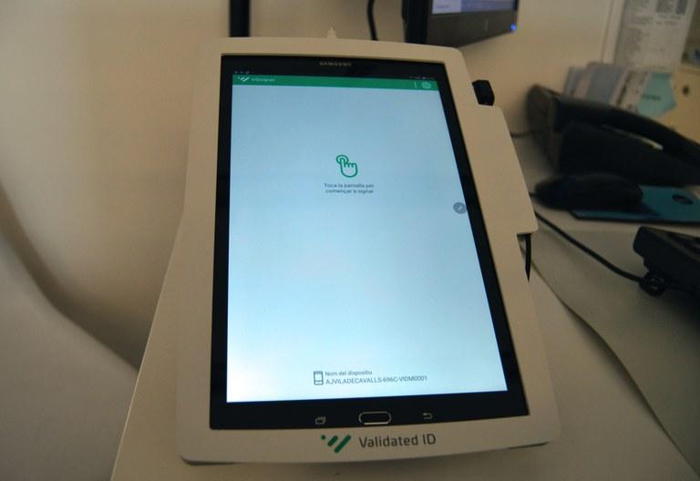 Un dels dos dispositius de signatura biomètrica de l'Oficina de Registre