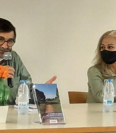 """Presentada la guia """"22 itineraris de natura pels entorns de Terrassa"""" a la biblioteca de Viladecavalls"""