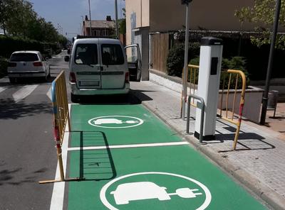 Punt de recàrrega de vehicles elèctrics situat a l'avinguda Barcelona de Can Trias