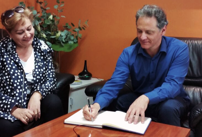 Antonio Damasco signant el llibre d'honor de Viladecavalls